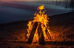 Feuer auf dem Strandsand Stockfoto