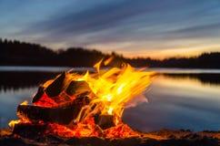 Feuer auf dem Strandsand Stockfotos