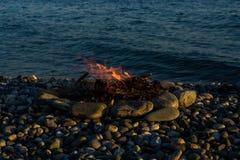 Feuer auf den Seefelsen Stockfotografie