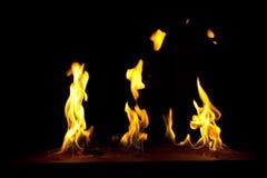 Feuer auf einem dunklen Hintergrund Stockfoto