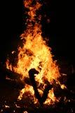 Feuer auf einem dunklen Hintergrund auf hölzernem Burning Stockfotografie