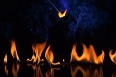 Feuer auf einem schwarzen Hintergrund Stockbild