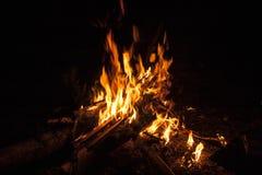 Feuer auf einem schwarzen Hintergrund Lizenzfreie Stockbilder