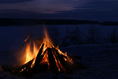 Feuer auf einer Küste des Flusses Lizenzfreie Stockfotografie