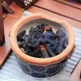 Feuer auf Holzkohlenofen Lizenzfreie Stockbilder