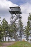 Feuer-Ausblick-Turm auf eine Gebirgsoberseite Stockfotografie