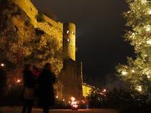 Feuer an beleuchtetem altem Schloss in der Weihnachtszeit Lizenzfreie Stockfotos