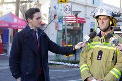 Feuer-Betriebsleiter Paul Johnstone, der Medien aktualisiert lizenzfreies stockfoto