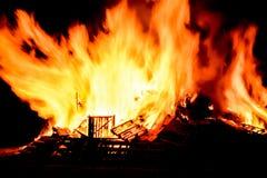 Feuer brüllt mit enormen Flammen auf Guy Fawkes Night Lizenzfreie Stockfotos