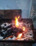 Feuer brennt im Kamin für gegrillte thailändische Nahrungsmittel Stockbild