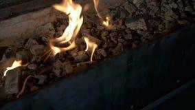 Feuer brennt im Messingarbeiter und in den Ausblenden stock video