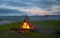 Feuer, das auf dem Strand nachts brennt helles Feuer, Brennholz Lizenzfreies Stockbild