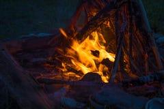 Feuer, das auf dem Strand nachts brennt helles Feuer, Brennholz Stockbild