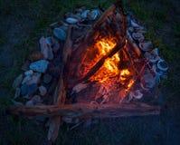 Feuer, das auf dem Strand nachts brennt helles Feuer, Brennholz Lizenzfreie Stockfotos
