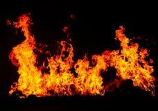 Feuer, das auf hinterem Hintergrund brennt Stockbilder