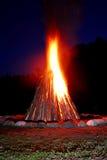 Feuer, das in der Nacht flammt Stockbild