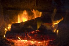 Feuer, das in einem hölzernen brennenden Ofen brennt stockfotos