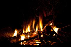 Feuer, das in einem Herd brennt stockfotos