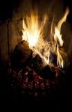 Feuer, das in einem Kamin brennt. Stockfotos