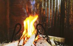 Feuer, das in einem Kamin brennt Stockfotos