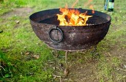 Feuer, das im Metallfaß brennt lizenzfreie stockfotografie