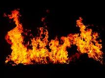 Feuer, das im schwarzen Hintergrund brennt Stockfoto