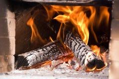 Feuer, das im tönernen Ofen brennt stockbilder
