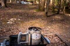 Feuer, das Kohle für einen Grill auf dem Holz beginnt lizenzfreies stockbild