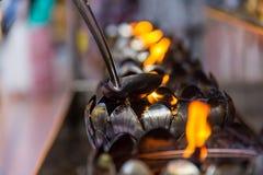 Feuer in der Eisenlampe stockfoto