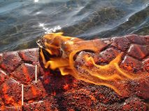 Feuer der Hingabe auf Bank von Ganga-Fluss stockfoto