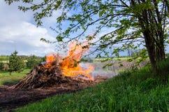 Feuer in der ländlichen Naturlandschaft lizenzfreies stockbild
