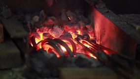 Feuer in der Schmiede stock video