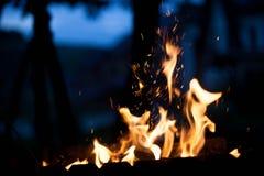 Feuer in der Straße Das Konzept der Natur Lizenzfreie Stockbilder