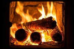 Feuer in einem Kamin Lizenzfreie Stockfotos