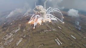 Feuer an einem Militärlager stock footage