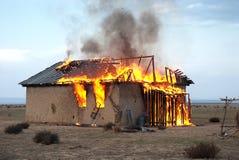 Feuer in einem verlassenen Haus Stockfoto