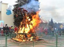 Feuer einer brennenden Vogelscheuche des Shrovetide Lizenzfreie Stockfotos