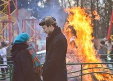Feuer einer brennenden Vogelscheuche des Shrovetide Stockfotografie