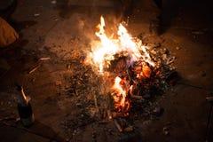 Feuer errichtet aus verbrauchten Feuerwerken heraus Stockfoto