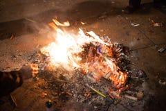 Feuer errichtet aus verbrauchten Feuerwerken heraus Lizenzfreies Stockfoto