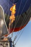 Feuer fot des Luftballons, der über Cappadocia fliegt Stockfotos