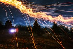 Feuer funkelt nachts Stockfotografie