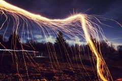 Feuer funkelt nachts Stockbild