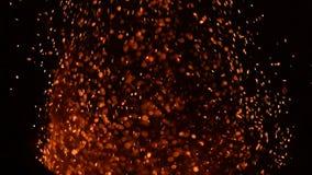 Feuer funkt gegen schwarzen Hintergrund stock video footage