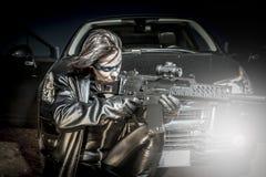 Feuer, gefährliche Frau kleidete im schwarzen Latex an, bewaffnet mit Gewehr. Co Stockfotos