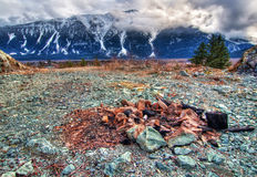 Feuer-Grube mit Schnee-Bergen Stockfotografie