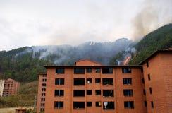 Feuer hinter Appartementkomplex stockbilder