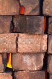 Feuer hinter einer Ziegelsteinwand der trockenen Maurerarbeit Stockfotos