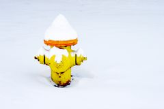 Feuer-Hydrant in einer Decke des Schnees Stockfotos