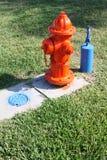 Feuer-Hydrant- und Außenseitenwasserhahn und -gitter Stockbilder